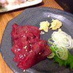 """野毛の「宮川橋もつ肉店」で新鮮ぶりぶりの皿焼きレバー!焼き加減はもちろん""""レア""""でお願します。"""