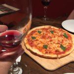 野毛「イタリア酒場 リソラ・デル・ブリーオ」で一杯!お手軽にワインとピザを