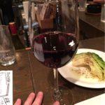 渋谷の立ち飲み「富士屋本店ワインバー」で乾杯!豊潤な赤ワイン、おつまみはキャベツ