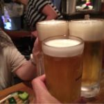 """新橋の居酒屋「野焼」で乾杯!""""酒場放浪記""""に登場した渋い雰囲気に酔う"""