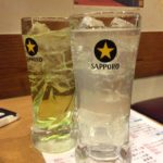 横浜駅前の「一軒め酒場」で乾杯/土曜日の夜10時でも行列を作る店
