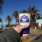 三浦市 油壺マリンパークのフードコート「ペンギンショップ」青空のもとで生ビールとマグロカツ